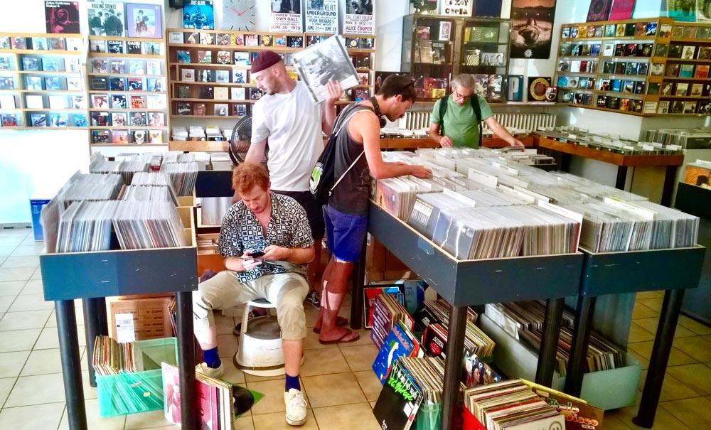Kunden am Stöbern im Laden
